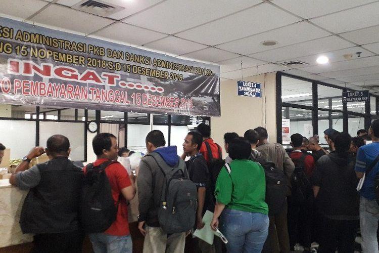 Keramaian kantor Samsat Jakarta Barat pada H-3 penghapusan sanksi administrasi pajak kendaraan bermotor pada Rabu (12/12/2018).