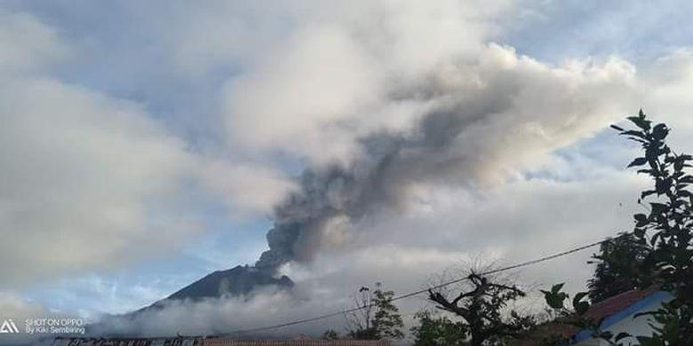 Gunung Api Sinabung yang berada di Kabupaten Karo, Sumatera Utara, kembali erupsi beruntun selama 45 menit dengan tinggi kolom abu vulkanik mencapai 2.000 meter, Selasa (7/5/2019).