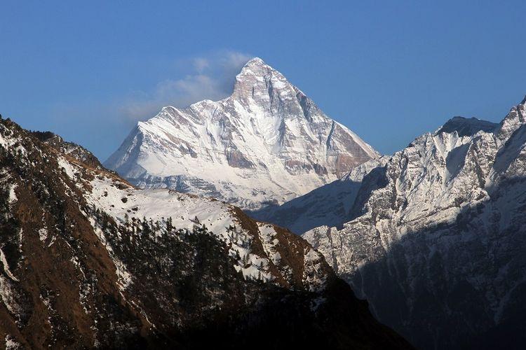 Gunung Nanda Devi yang tertutup salju terlihat dari kota Auli, di negara bagian Himalaya utara Uttarakhand, India. (REUTERS)