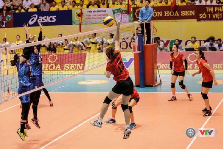 Tim bola voli putri Indonesia (biru) sedang menghadapi Vietnam B pada laga fase Grup B VTV International Volleyball Cup 2017, di GOR Nha Thi Dau, Hai Duong, Selasa (12/7/2017).