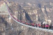Uji Daya Tahan Jembatan Kaca di China, 600 Turis Menyeberang Bersamaan