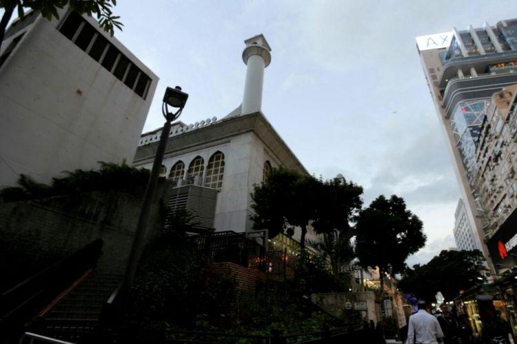 Masjid Kowloon di daerah Tsim Sha Tsui merupakan masjid terbesar di Hongkong.
