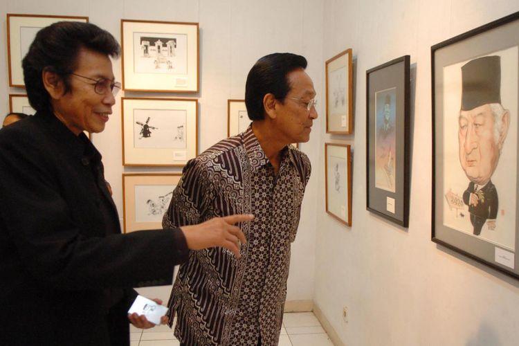 Gubernur DI Yogyakarta Sultan HB X didampingi pencipta tokoh kartun Oom Pasikom GM Sudarta menyaksikan kartun Oom Pasikom yang dipamerkan dalam 40 Tahun Oom Pasikom di Bentara Budaya Yogyakarta, Jumat (3/8/2007). Pameran yang berlangsung hingga 10 Agustus ini menampilkan 140 karya kartun pada kurun waktu 1967 hingga 2007.