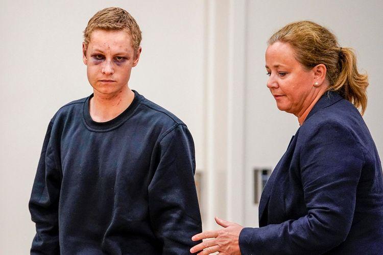 Tersangka pelaku penyerangan bersenjata di Masjid Al-Noor di Baerum, Norwegia, muncul di hadapan persidangan di Oslo, didampingi pengacaranya, Senin (12/8/2019).