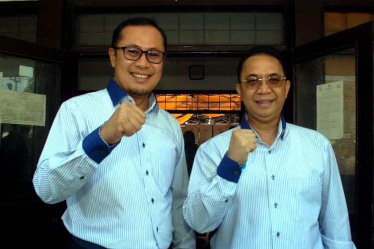 Kepala daerah Kota Sukabumi terpilih, Achmad Fahmi (kiri) dengan Andri Setiawan Hamami (kanan) foto bersama setelah menghadiri rapat pleno terbuka penetapan Pilkada Kota Sukabumi di Sekretariat KPU Kota Sukabumi, Jawa Barat, Kamis (26/7/2018).