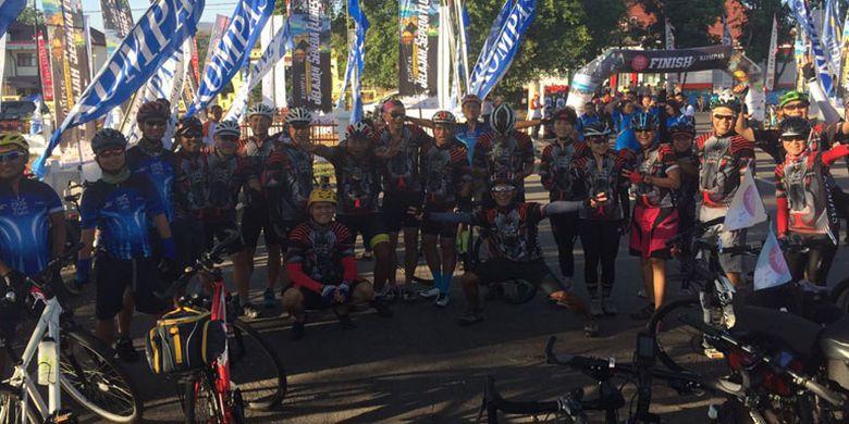 Tim Jelajah Sepeda Flores (JSF) yang digelar Kompas start di samping lapangan di Jalan Pos, Maumere, Nusa Tenggara Timur, Sabtu (12/8/2017) pagi.