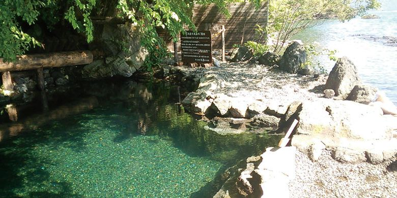 Onsen (permandian air panas) yang hanya berbatasan batu dengan Danau Shikotsu di Jepang.