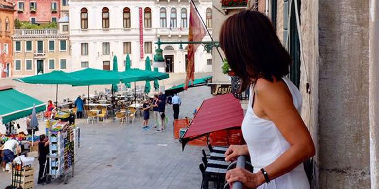 Pemandangan dari balkon Hotel Palazzo Vitturi di Venesia, Italia.
