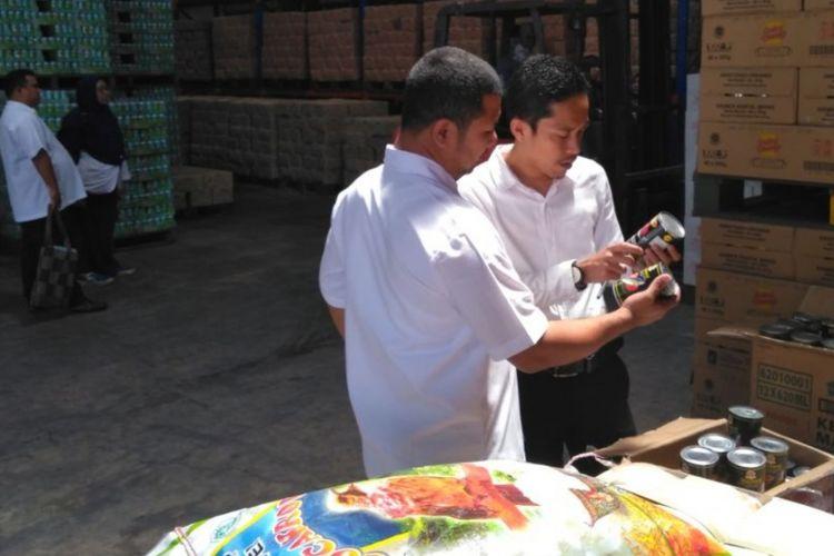 Kepala BPOM Kepri Yosef Dwi Irawan melakukan pengawasan dan penarikan produk ikan kaleng Farmerjack, 10, dan Hoki dari salah satu impotir yang ada di kawasan Batam Centre.