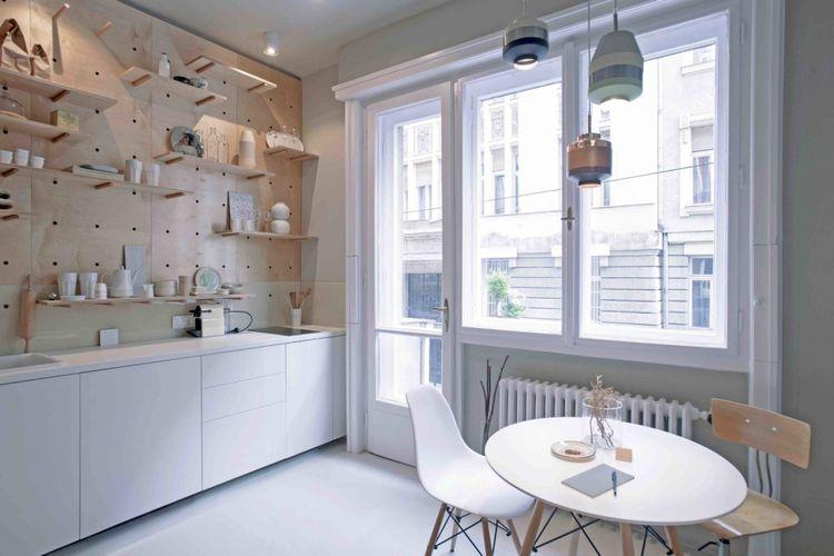 Lampu gantung serta set meja kursi minimalis untuk ruang tamu sekaligus ruang makan Anda.