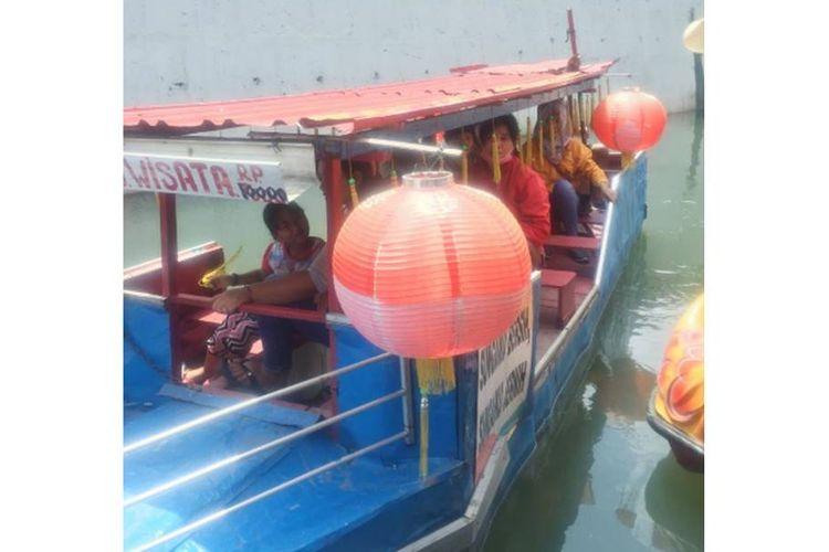 Warga terlihat antusias menikmati perahu wisata Sungai Pepe