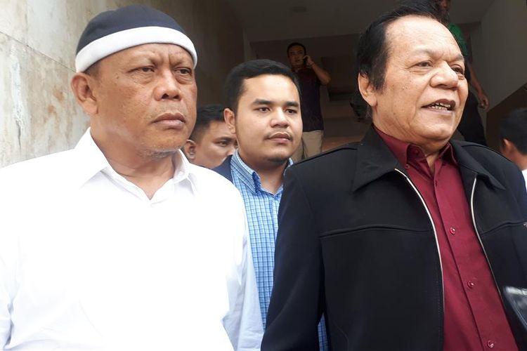 Tersangka kasus dugaan makar Eggi Sudjana (berbaju putih) mendatangi gedung Ditreskrimum Polda Metro Jaya, Jumat (12/7/2019) pukul 14.30 WIB. Ia didampingi kuasa hukumnya, Alamsyah Hanafiah.