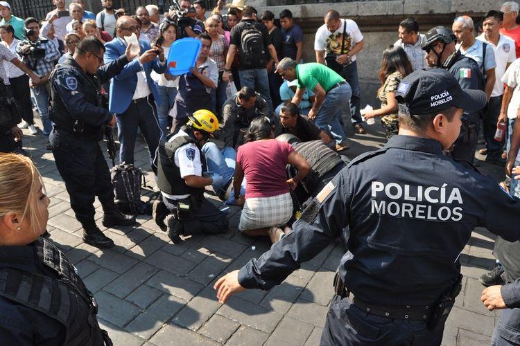 Petugas medis memberi pertolongan pertama kepada salah seorang korban dalam insiden penembakan di alun-alun kota Cuernavaca, Meksiko, Rabu (8/5/2019).