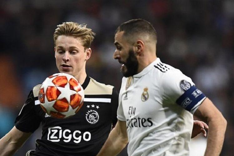 Frenkie de Jong menjaga Karim Benzema pada pertandingan Real Madrid vs Ajax Amsterdam di Stadion Santiago Bernabeu dalam babak 16 besar Liga Champions, 5 Maret 2019.