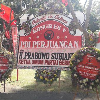 Papan karangan bunga kiriman Ketua Umum Partai Gerindra Prabowo Subianto terpajang di dekat lokasi Kongrs PDI-P di Sanur, Bali, Kamis (8/11/2019).
