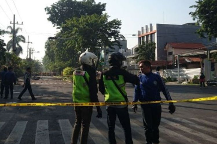 Sejumlah petugas kepolisian mengamankan kawasan Gereja Santa Maria Tak Bercela di Jalan Ngagel Jaya Utara usai adanya ledakan bom pada Minggu (13/5/2018) pagi (TRIBUNJATIM.COM/NUR IKA ANISA)