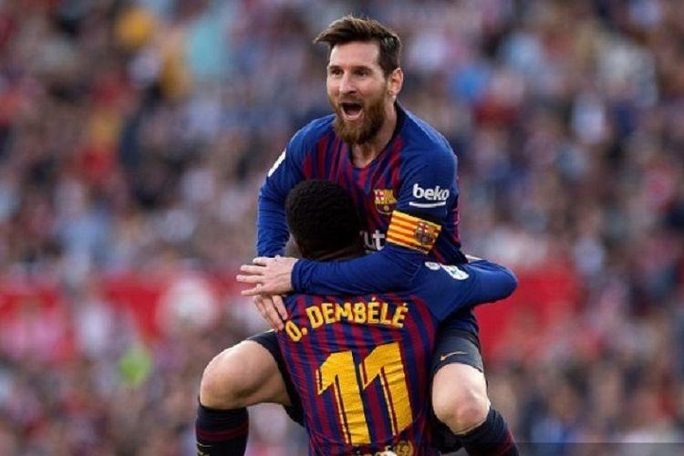 Lionel Messi berselebrasi bersama Ousmane Dembele setelah mencetak gol pada laga Barcelona kontra Sevilla di Stadion Ramon Sanchez Pizjuan, 23 Februari 2019.