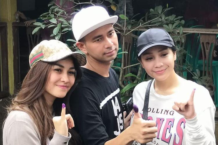 Raffi Ahmad bersama istrinya Nagita Slavina dan adiknya, Nisya Ahmad usai mencoblos di TPS 06, di kawasan Cinere, Depok Jawa Barat, (Rabu (17/4/2019).