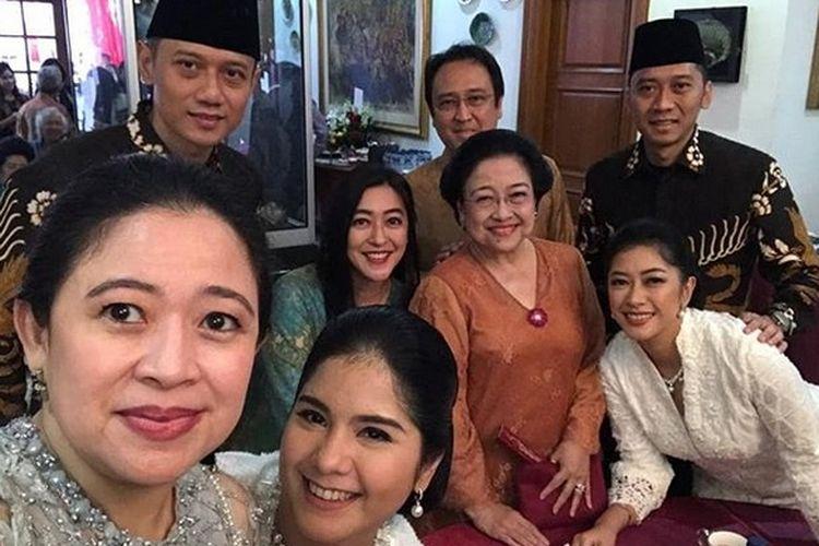 Megawati Soekarnoputri, Puan Maharani, Muhammad Prananda Prabowo, Agus Harimurti Yudhoyono dan istri Annisa Pohan, Edhie Baskoro Yudhoyono dan istri Aliya Rajasa saat bersilaturahim di Hari Raya Idul Fitri di kediaman Megawati, Teuku Umar, Jakarta, Rabu (5/6/2019).