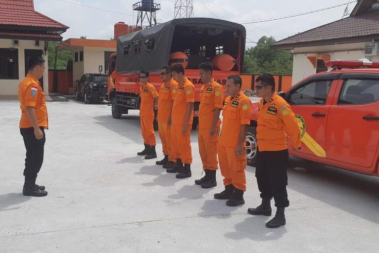 Petugas Basarnas Pekanbaru diturunkan untuk melakukan pencarian korban hilang di sungai diduga akibat diserang buaya