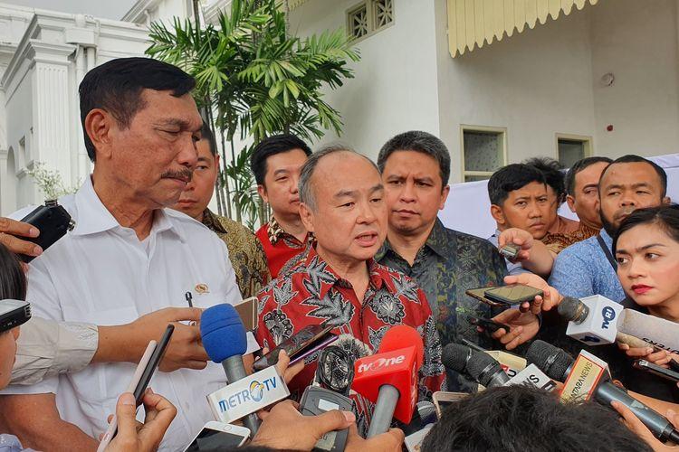 Menko Kemaritiman Luhut Binsar Panjaitan, Bos Softbank Masayoshi Son dan Presiden Grab Indonesia Ridzky Kramadibrata usai bertemu Presiden Jokowi di Istana Kepresidenan, Jakarta, Senin (29/7/2019).