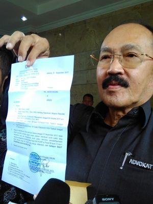 Pengacara Ketua DPR RI Setya Novanto, Fredrich Yunadi memperlihatkan SPDP terhadap dua pimpinan KPK, Agus Rahardjo dan Saut Situmorang, di kantor Bareskrim Polri, Jakarta, Rabu (8/11/2017).