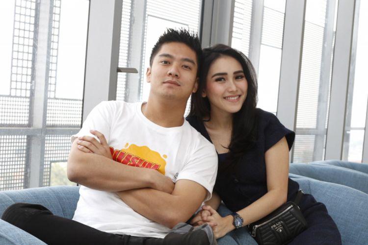Ayu Ting Ting dan Boy Wiliam berpose usai wawancara promo film Dimsum Martabak di Menara Kompas Gramedia, Jakarta, Rabu (16/5/2018). Film yang bergenre komedi romantis tersebut akan tayang pada 18 Juni 2018.