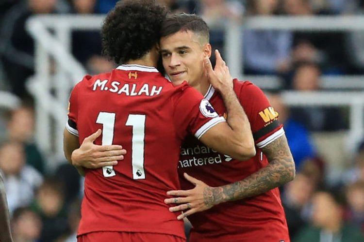 Mohamed Salah menyelamati Philippe Coutinho yang mencetak gol ke gawang Newcastle United di St. James Park, Minggu (1/10/2017).
