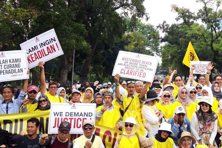 Massa GNKR berkumpul di dekat Gedung MK di Jakarta Pusat, Jumat (14/6/2019)