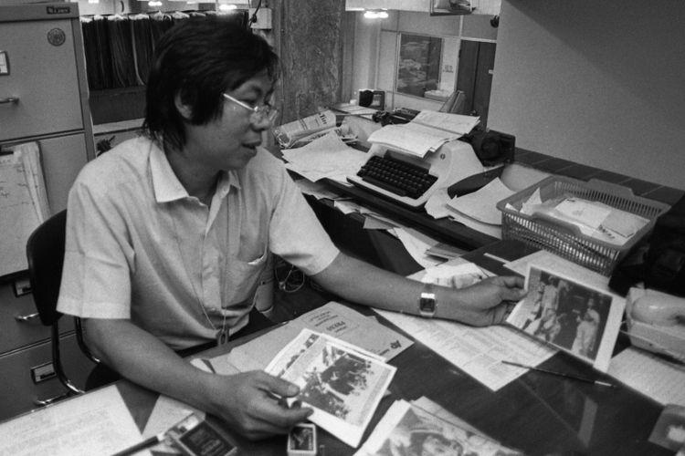Wartawan foto Kompas Kartono Riyadi di meja kerjanya 1987.