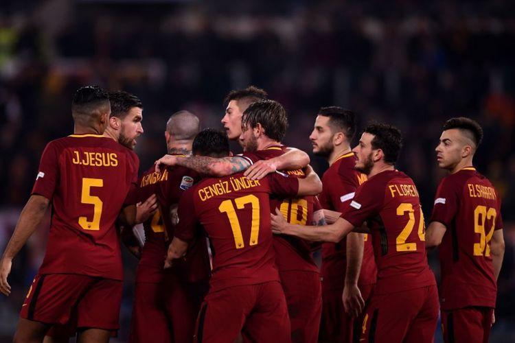 Para pemain AS Roma merayakan gol Daniele De Rossi ke gawang Torino pada pertandingan pekan ke-28 Serie A di Stadion Olimpico, Jumat (9/3/2018) malam.