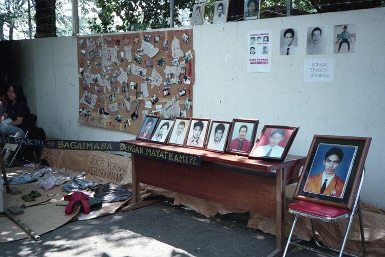 Para aktivis korban kekerasan Orde Baru mengingatkan akan korban yang hilang dan belum kembali dengan memamerkan photo-photo korban serta aksesorisnya pada 1999 silam.