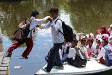 Pergi ke Sekolah, Siswa di Pesisir Delta Mahakam Bertaruh Nyawa Berdesakan di Perahu Kecil