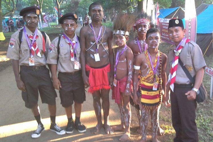 Sahril Anci, seorang guru garis depan yang bertugas di Kabupaten Manokwati Selatan, Papua Barat, mendampingi siswa SMP Negeri Mowi Waren, Papua Barat dalam kegiatan kepramukaan.