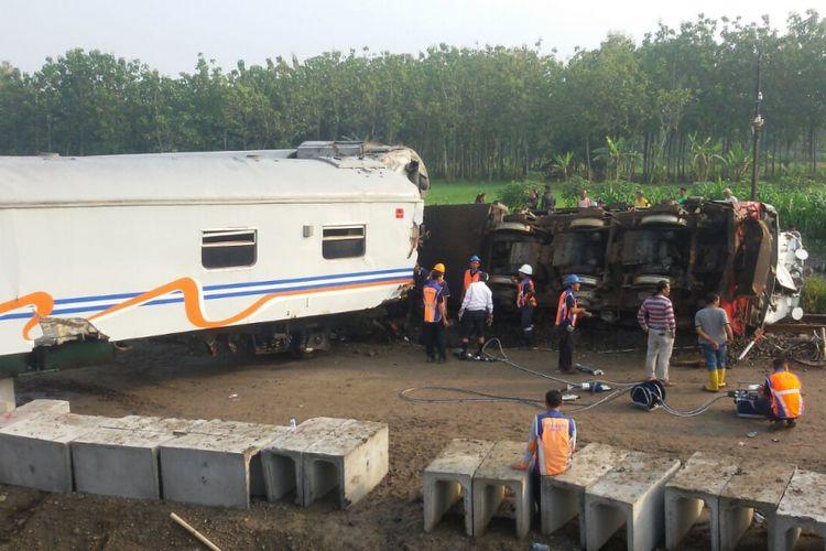 TERBALIK--Inilah kondisi lokomotif kereta Sancaka yang terbalik pasca bertabrakan dengan truk trailer di perlintasan kereta api tanpa pintu di Desa Sambirejo, Kecamatan Mantingan, Kabupaten Ngawi, Jawa Timur.