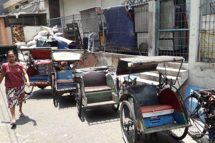 Deretan becak parkir di selter becak di kawasan Teluk Gong, Jakarta Utara, Senin (8/10/2018).
