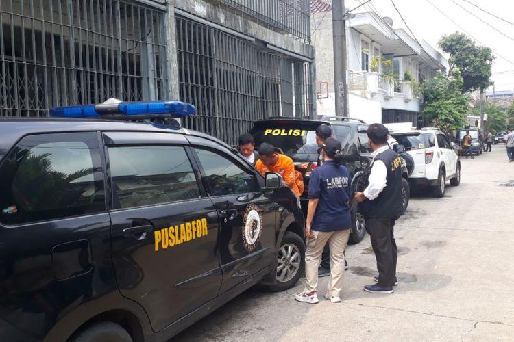 Suasana Rumah Ketua KPK (Komisi Pemberantasan Korupsi) Agus Rahardjo yang ditemukan benda mencurigakan menyerupai bom paralon, Perumahan Graha Indah, Jatiasih, Kota Bekasi, Rabu (9/1/2019).