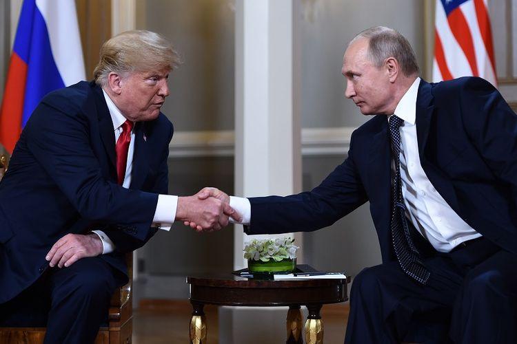 Presiden Amerika Serikat Donald Trump (kiri) berjabat tangan dengan Presiden Rusia Vladimir Putin di istana Kepresidenan Helsinki, Finlandia, Senin (16/7/2018).
