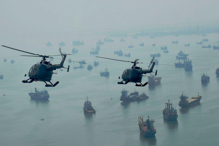 Heli Bolkow B0105 milik Skuadron Udara 400 Wing Udara I Pusat Penerbangan TNI angkatan Laut melakukan latihan terbang formasi sebagai persiapan untuk mengikuti Peringatan Hari Armada, Surabaya, Jumat (4/12/2015). Puncak Peringatan Hari Armada ke 70 akan dilaksanakan di Dermaga Armada RI Kawasan Timur pada 7 Desember mendatang.