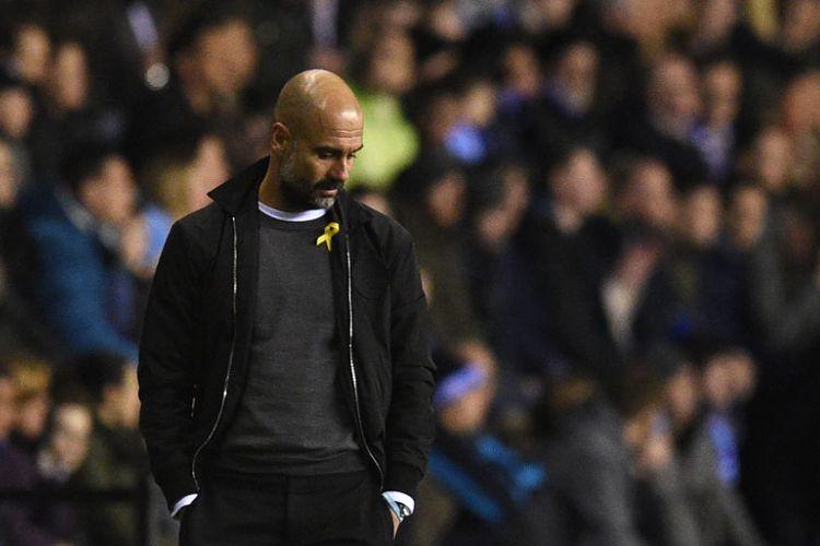Manajer Manchester City, Pep Guardiola, tampak kecewa saat timnya gagal menjebol gawang Wigan Athletic pada pertandingan Piala FA di Stadion DW, Senin (19/2/2018).