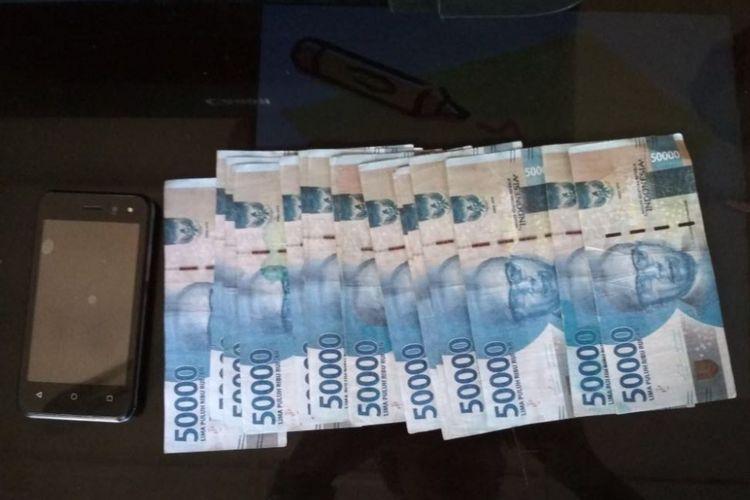 Satuan Reskrim Polres Blora menunjukkan uang palsu pecahan Rp 50.000 senilai Rp 1,4 juta, Jumat (20/4/2018).