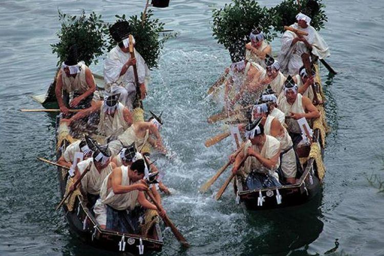 "Upacara ""Morotabune Shinji"" ini diadakan di laut yang dingin. Pemandangan saling mencipratkan air laut di antara kedua kapal sangatlah gagah."