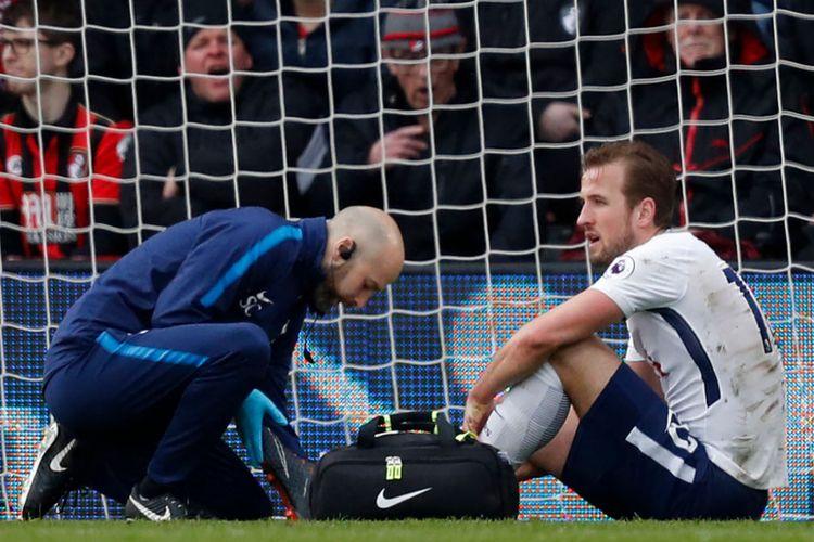 Penyerang <a href='http://bangka.tribunnews.com/tag/tottenham-hotspur' title='Tottenham Hotspur'>Tottenham Hotspur</a>, Harry Kane, mendapatkan perawatan seusai mendapatkan cedera pada laga versus Bournemouth di Stadion Vitality, Minggu (11/3/2018).