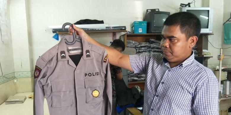 Ahya, salah satu penjahit seragam polisi di Mapolda Metro Jaya. Foto diambil pada Jumat (13/4/2018).