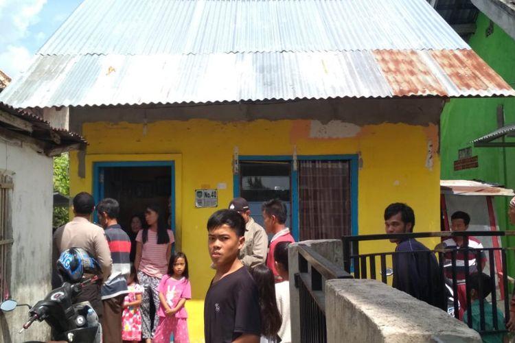 Yus Nizar Fitri (29) warga Jalan Mayor Zen, Lorong Satra Kelurahan Sei Selayur, Kecamatan Kalidoni Palembang, Sumatera Selatan nyaris terkena peluru nyasar ketika sedang mencuci piring dikediamannya itu, Minggu (9/9/2018).