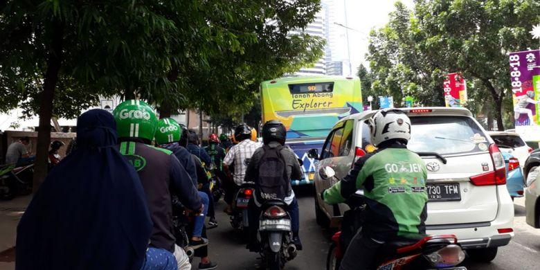 Bus transjakarta Tanah Abang Explorer melintas di Jalan Jenderal Sudirman, Jumat (2/2/2018). Bus itu dialihkan setelah operasionalnya dihentikan sementara di Tanah Abang menyusul aksi mogok sopir angkot.