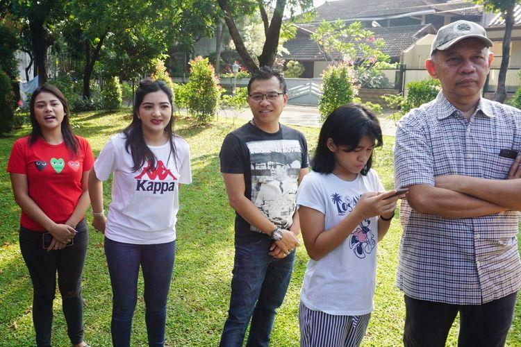 Musisi Anang Hermansyah bersama sang istri, Ashanty dan kedua anaknya, Aurel Hermansyah dan Azriel Hermansyah mengantre di depan TPS 89 di kawasan Cinere Mas, Cinere, Depok, Jawa Barat, Rabu (17/4/2019).