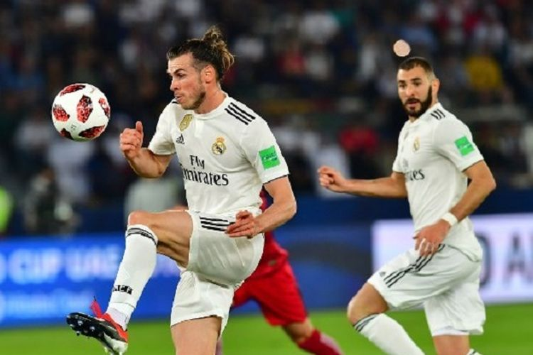 Gareth Bale mencoba mengontrol bola pada pertandingan Real Madrid vs Kashima Antlers dalam semifinal Piala Dunia Antarklub 2018 di Stadion Zayed Sports City, Abu Dhabi, 19 Desember 2018. Karim Benzema tampak memerhatikan di belakangnya.