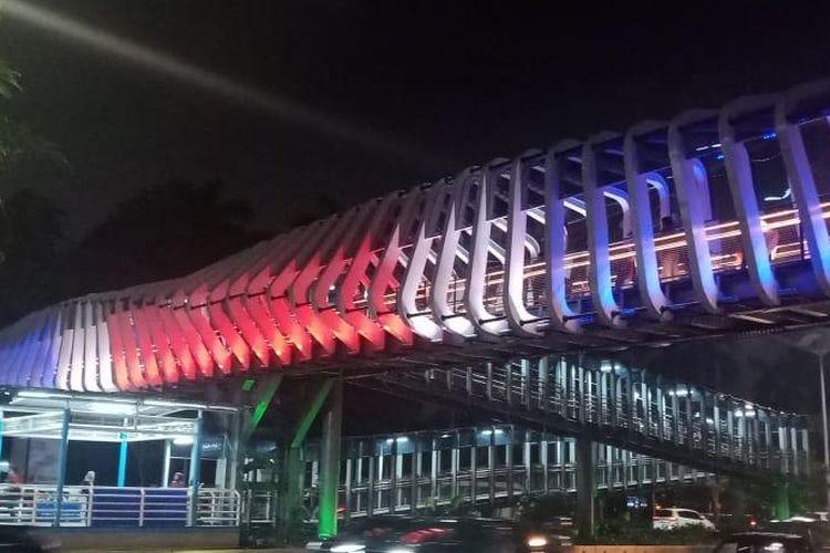 JPO Gelora Bung Karno (GBK) memunculkan tema warna bendera New Zealand sebagai bentuk solidaritas. Foto diambil Jumat (15/3/2019).