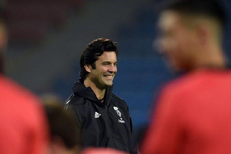 Pelatih Real Madrid, Santiago Solari, memimpin anak-anak asuhannya berlatih di Plzen jelang pertandingan Liga Champions, 6 November 2018.